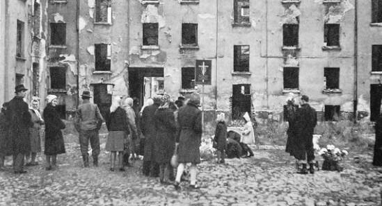 Ludzie zgromadzeni w miejscu jednej ze zbrodni Rzezi Woli. Fot. wikimedia commons